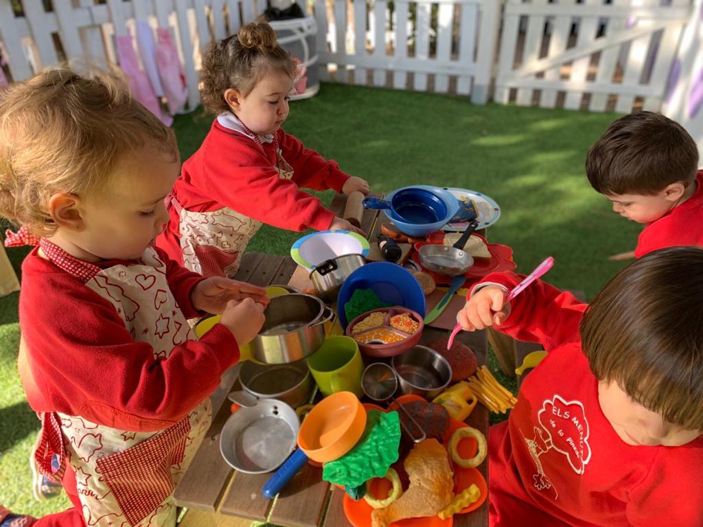 Niños jugando a las cocinitas | Els Menuts de la Pineda, Guardería en Gavà Mar